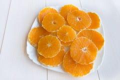 Naranja tajada en la placa foto de archivo