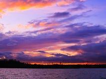 Naranja total nublada muy clara y rosa en la puesta del sol foto de archivo