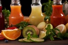 Naranja, totato del kiwi, limón y fourbottles del zumo de fruta imagen de archivo