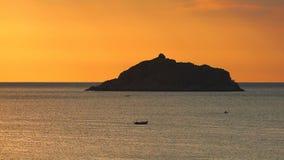 Naranja tropical Dawn South China Sea de la silueta de la isla almacen de video