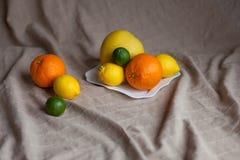 Naranja un limón una cal en una tabla Fotografía de archivo