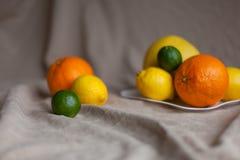 Naranja un limón una cal en una tabla Fotos de archivo libres de regalías