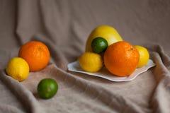 Naranja un limón una cal en una tabla Imagenes de archivo