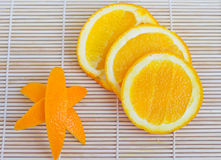 Naranja y cáscara de naranja en fondo de madera imagen de archivo