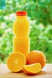 Naranja y jugo en la tabla Imagenes de archivo