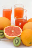Naranja y kiwi del pomelo con el jugo Fotos de archivo libres de regalías