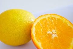 Naranja y limón en el fondo blanco Fotografía de archivo