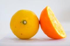 Naranja y limón en el fondo blanco Imágenes de archivo libres de regalías