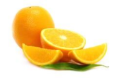 Naranja y partes de la naranja con la hoja Foto de archivo libre de regalías