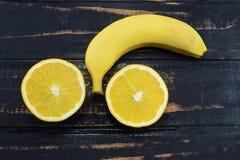Naranja y plátano en la tabla Fotografía de archivo