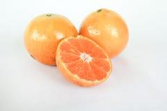 Naranja y rebanada en el fondo blanco Imagenes de archivo
