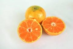 Naranja y rebanada en el fondo blanco Fotos de archivo libres de regalías