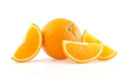 Naranja y rebanadas en el fondo blanco Fotos de archivo libres de regalías