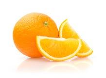 Naranja y rebanadas en el fondo blanco imagen de archivo