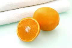 Naranja y toalla Fotografía de archivo libre de regalías