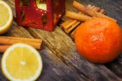 Naranjas, canela y linterna Foto de archivo