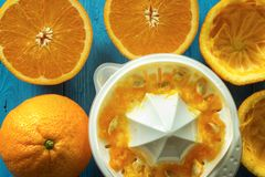 Naranjas con el juicer fotos de archivo