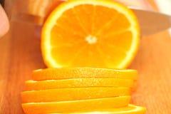 Naranjas cortadas en un árbol en círculos hasta el extremo Imágenes de archivo libres de regalías