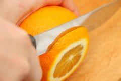 Naranjas cortadas en un árbol en las partículas Fotos de archivo