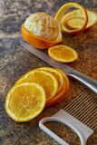 Naranjas cortadas en un fondo oscuro foto de archivo libre de regalías