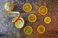 Naranjas cortadas en un fondo oscuro Imagen de fondo fotos de archivo