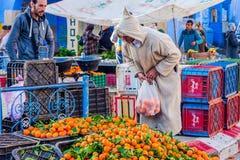 Naranjas de la cosecha del hombre, Chefchaouen Foto de archivo libre de regalías