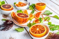 Naranjas de sangre con las hojas de la ensalada Imágenes de archivo libres de regalías