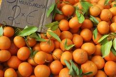 Naranjas de Valencia empiladas en mercado fotos de archivo