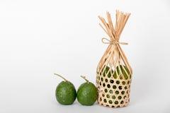 Naranjas del Bigarade en naranjas de bambú redondas del bigarade de la cesta Fotos de archivo
