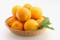 Naranjas en cesta Fotos de archivo