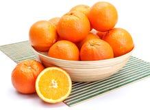 Naranjas en cuenco de madera imagen de archivo libre de regalías