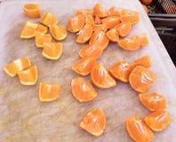 Naranjas en el mercado local de los granjeros, ningunos pesticidas imagenes de archivo
