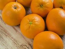 Naranjas en fondo de madera Foto de archivo libre de regalías