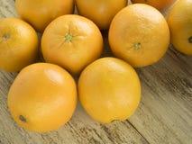 Naranjas en fondo de madera Imágenes de archivo libres de regalías