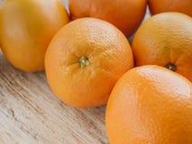 Naranjas en fondo de madera Imagenes de archivo