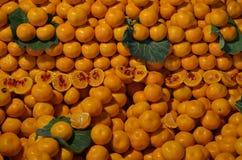 Naranjas en la parada entre pavo del bazar de las hojas Imagenes de archivo