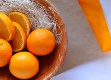 Naranjas en la placa fotografía de archivo libre de regalías