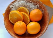 Naranjas en la placa foto de archivo
