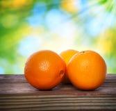 Naranjas en la tabla de madera Imagen de archivo libre de regalías
