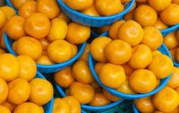 Naranjas en las cestas para la venta en un mercado de la comida fotografía de archivo libre de regalías