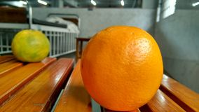 Naranjas en tabla imágenes de archivo libres de regalías