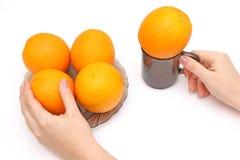 Naranjas en tazón de fuente Fotos de archivo libres de regalías