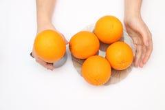 Naranjas en tazón de fuente Fotos de archivo