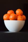 Naranjas en un cuenco blanco Fotografía de archivo libre de regalías