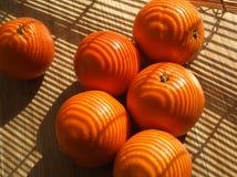 Naranjas en un fondo de madera Imágenes de archivo libres de regalías