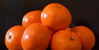 Naranjas en un fondo negro Fotos de archivo