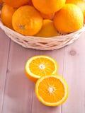 Naranjas en una cesta Foto de archivo libre de regalías