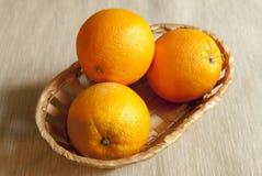 Naranjas frescas en la cesta Imágenes de archivo libres de regalías