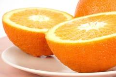 Naranjas frescas en placa Foto de archivo libre de regalías