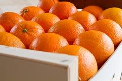 Naranjas frescas en un rectángulo de madera Foto de archivo libre de regalías